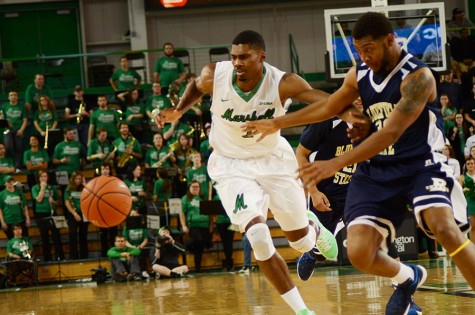 Men's basketball attempts to build on record win streak on the road at Charlotte
