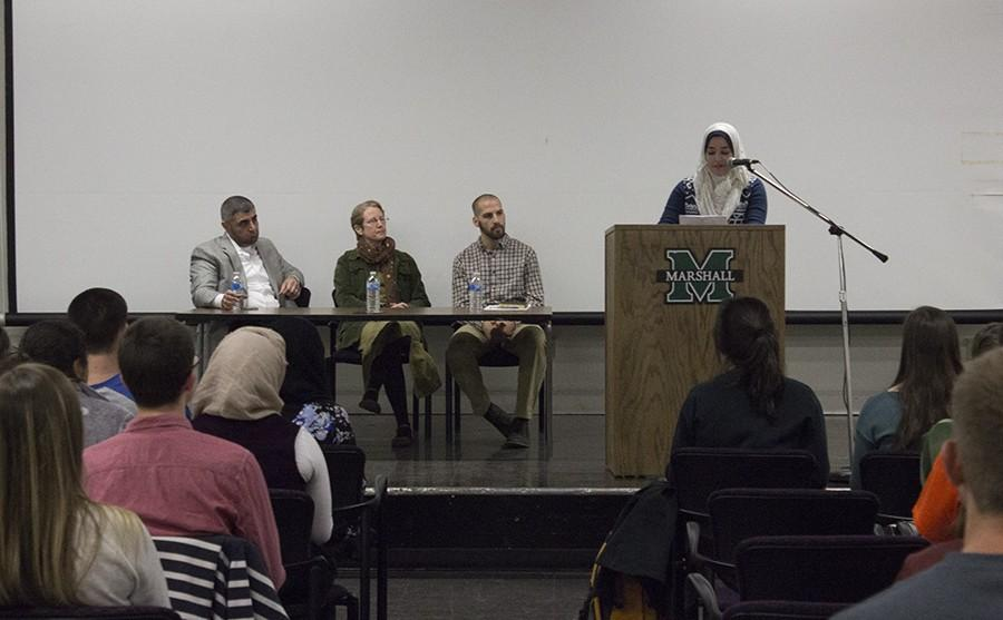 Grad+student+Malak+Khader+helps+introduce+the+panelists+at+the+Interfaith+Discussion+in+the+Memorial+Student+Center%2C+April+5%2C+2016.