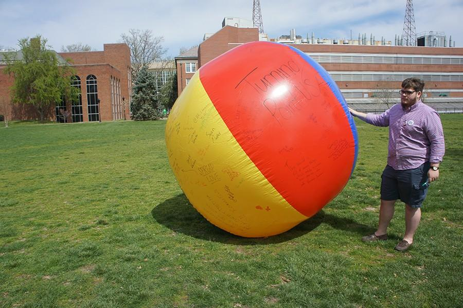 A+%22free+speech%22+ball+being+signed+by+students+on+Buskirk+field%2C+April+6%2C+2016.
