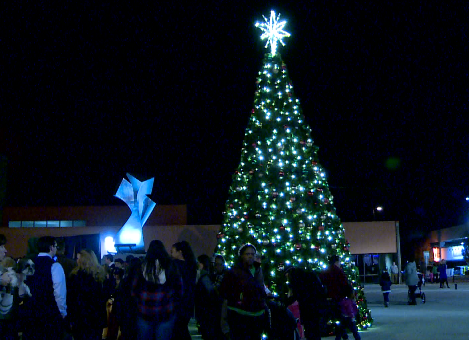 Fifth annual Huntington tree lighting brings community together