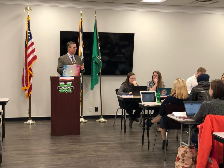 Marshall alumni Andy Fischer discusses the Greater Huntington Walks movement at a student senate meeting Tuesday.