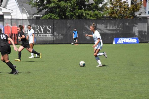 Women's soccer extends record streak