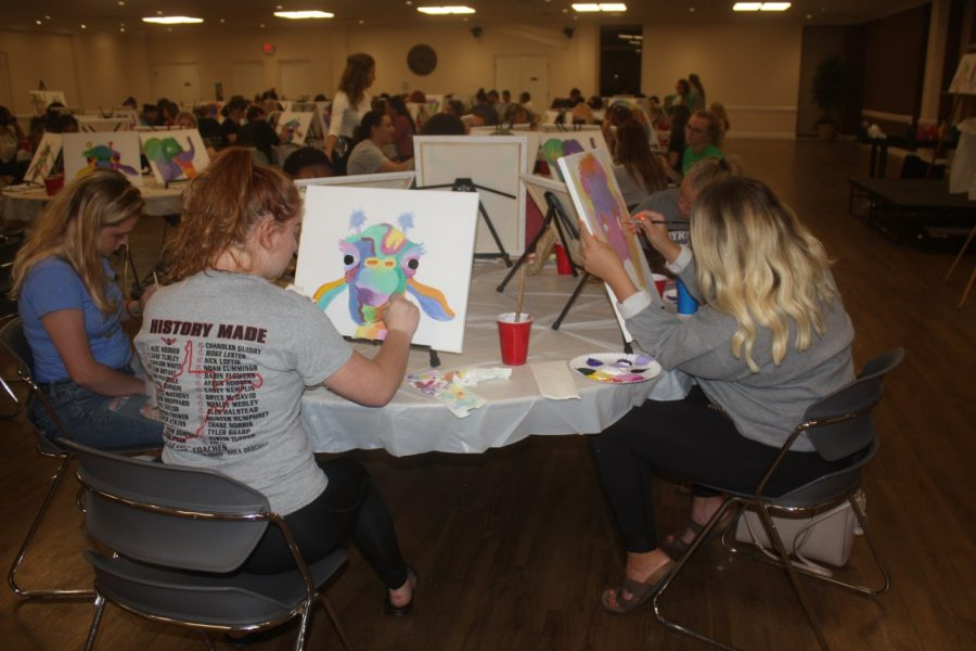 Marshall+students+paint+pop+art+animals+during+a+Paint+%26+Sip+event+hosted+by+the+Campus+Activities+Board+Sept.+24.+
