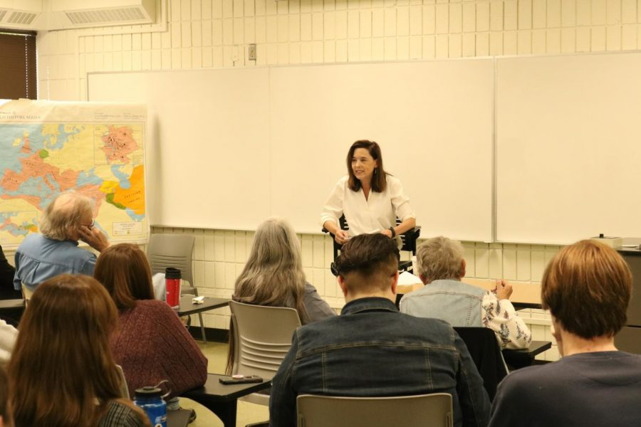 Sarah+Covington%2C+history+professor+at+the+graduate+center+at+City+University+of+New+York+and+Queens%2C+addresses+a+crowd+of+students+and+faculty+members+on+Tuesday+afternoon%2C+about+the+importance+of+using+folklore+in+historical+study.